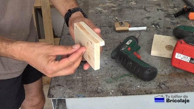 sujetando las distintas piezas que forman el soporte de la tableta o tablet con tornillos