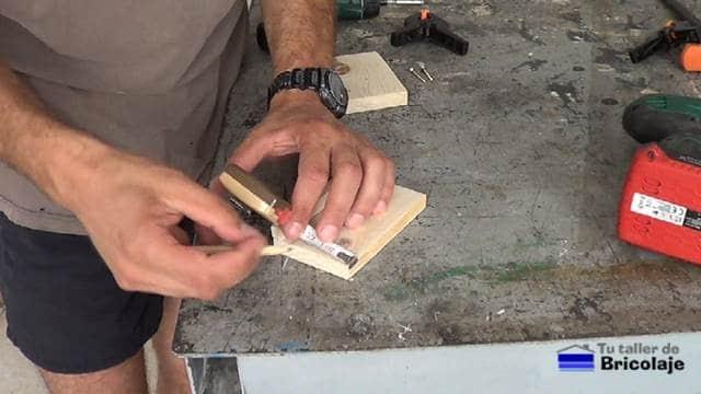 marcando para colocar las piezas que formarán el soporte para tableta o tablet