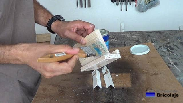 aplicando tapaporos al soporte de madera para tableta o tablet