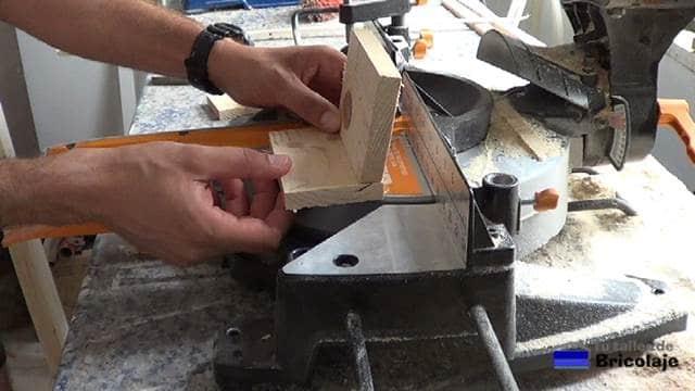 presentando las piezas que formarán el soporte para la tableta o tablet