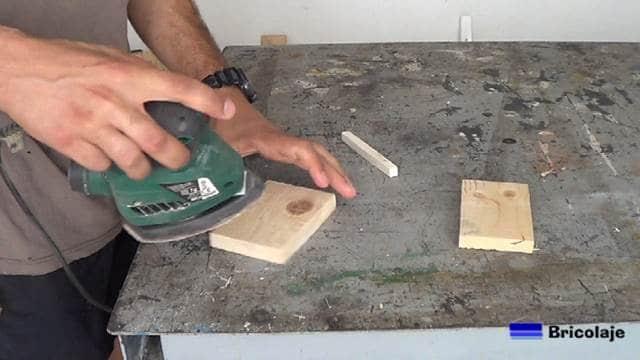 lijando las piezas que formarán el soporte para la tableta o tablet