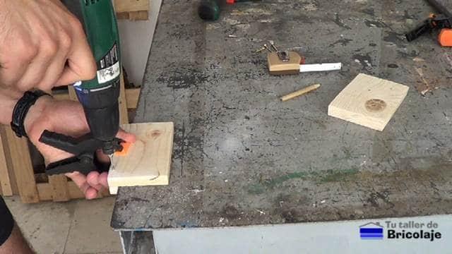 perforando con broca avellanadora para insertar los tornillos
