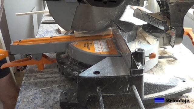 cortando a bisel la madera trasera del soporte de la tableta o tablet