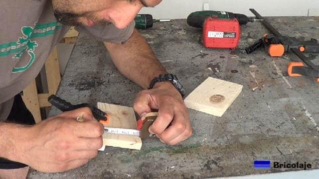 marcando el lugar donde atornillar el tope para evitar la caída de la tableta o tablet