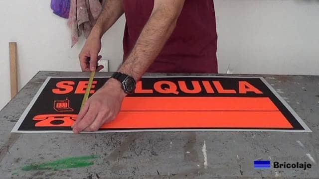 medimos el tamaño del cartel para fabricar el soporte