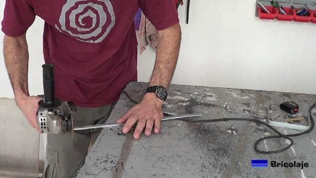 repasando las rebabas generadas de la lámina de aluminio