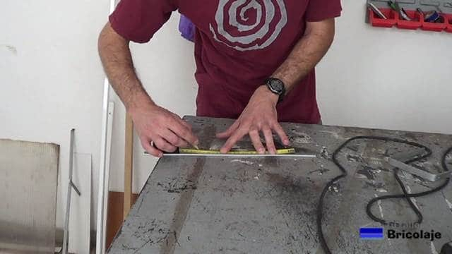 marcando en la pletina de aluminio