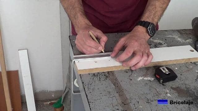 marcando el lugar donde perforar la pletina de aluminio