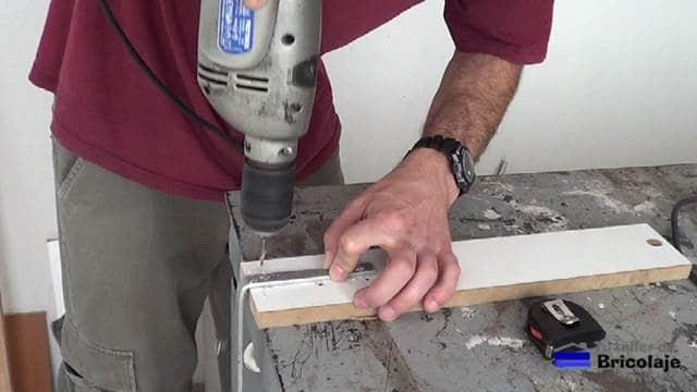 perforando la pletina de aluminio para sujetarlo