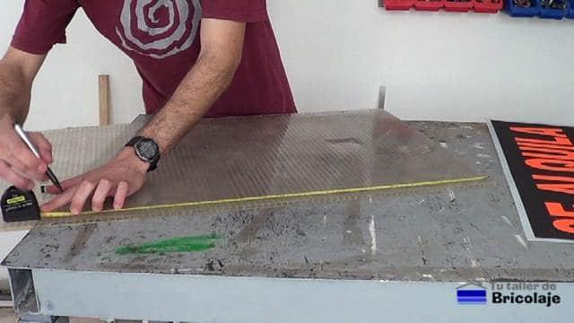 midiendo la plancha de policarbonato para cortala