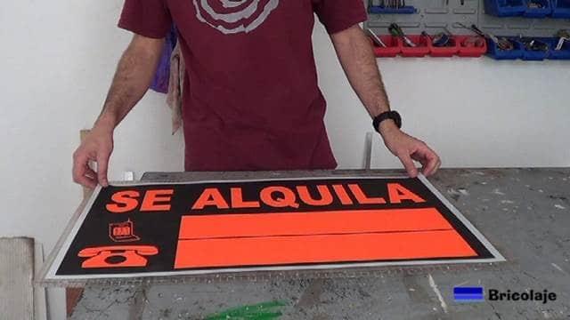 presentando el cartel sobre la plancha de policarbonato