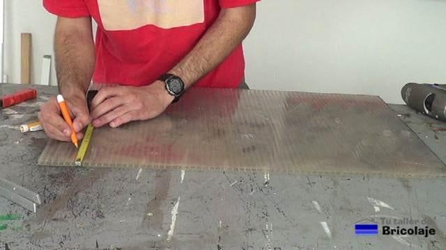 midiendo para colocar la u en el policarbonato