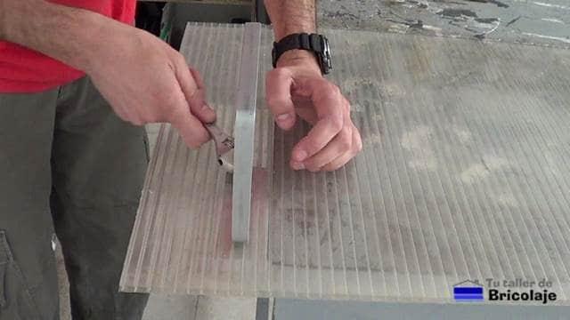 sujetando el soporte para el cartel a la plancha de policarbonato