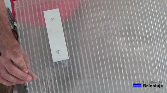 soporte para el cartel sujeto mediante una chapa de aluminio a la plancha de policarbonato