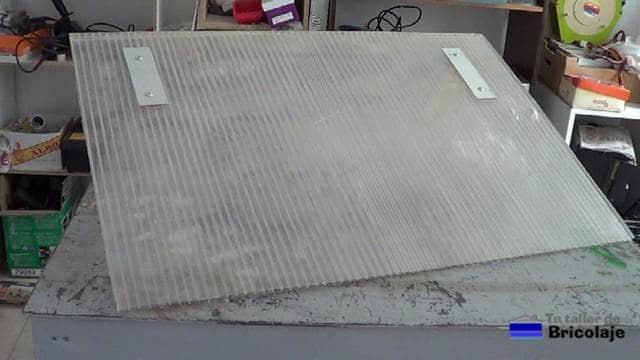 soportes del cartel colocados en la plancha de policarbonato mediante chapas de aluminio