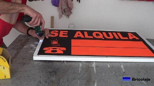 terminando de colocar los ángulos a los cantos del cartel