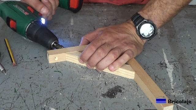 perforando para sujetar las piezas que formarán el soporte