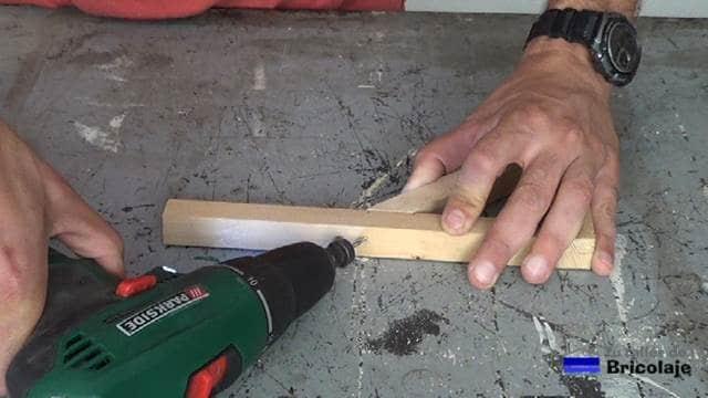 perforando para sujetar las piezas