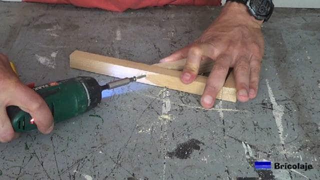 atornillando las piezas hasta formar el soporte