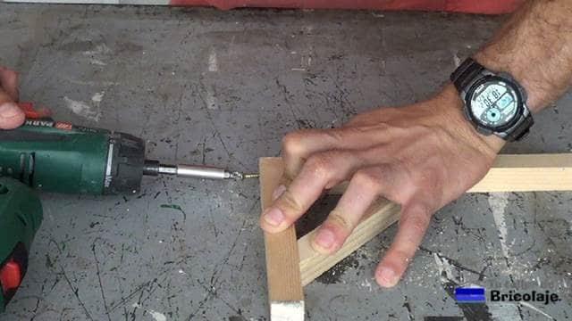 atornillando el listón superior con el inferior