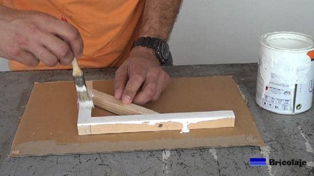pintando el soporte de madera