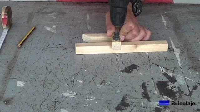 perforando para sujetar el soporte a la pared