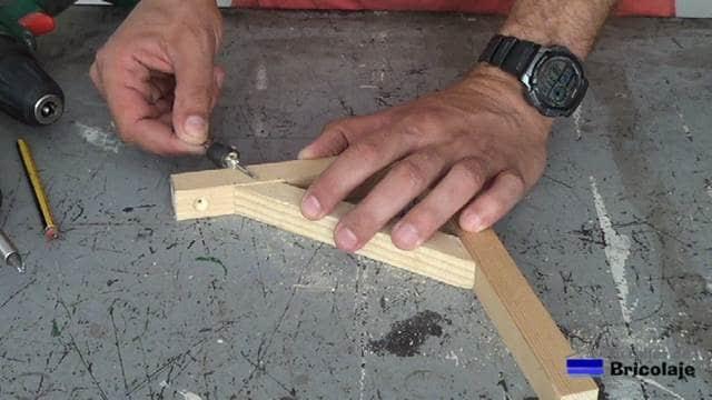 comprobando la inclinación que se le debe dar a la broca avellanadora para un correcto ajuste de las piezas