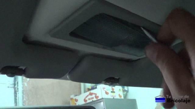 retiramos la cubierta de plástico del bombillo interior del coche para poder acceder al bombillo