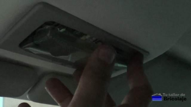 colocamos la cubierta del la luz interior del coche