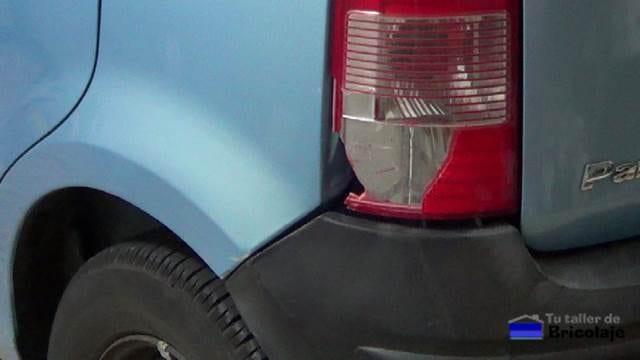 piloto trasero del coche roto