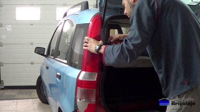 retirando el piloto trasero del coche