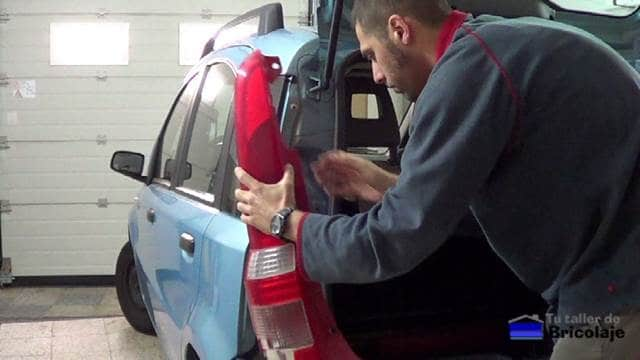 quitando el piloto trasero del coche
