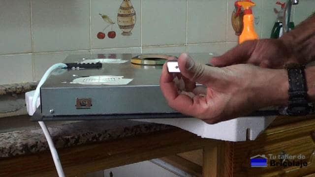 chapa metálica para sujetar la placa al hueco