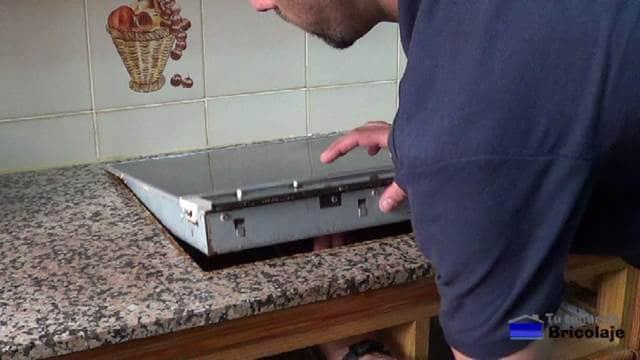 retirando la vieja placa eléctrica
