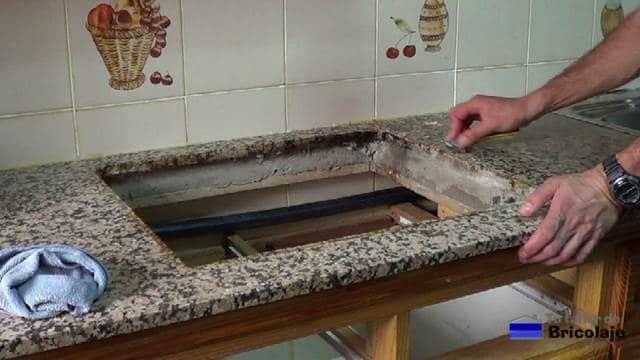 retirando los restos de la siliciona del hueco