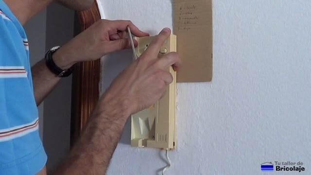 cerrando el telefonillo después de realizar las conexiones