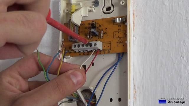 retirando los cables para sustituir por otro telefonillo