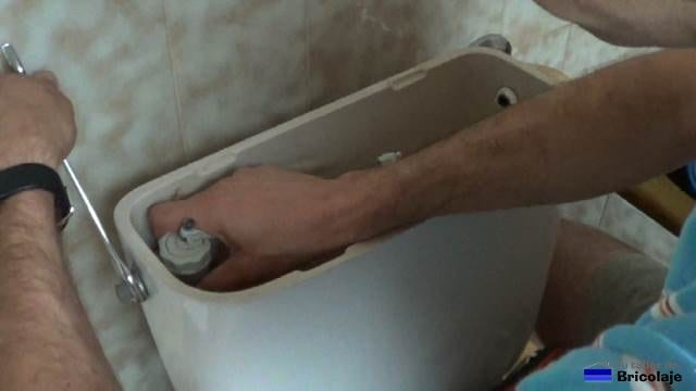 soltando la anilla que sujeta la válvula de llenado al tanque de la vasija