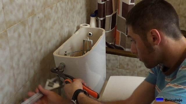retirando el tubo flexible de la válvula de llenado del tanque de la vasija