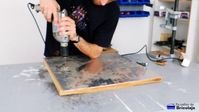perforando la chapa para insertar los tiradores
