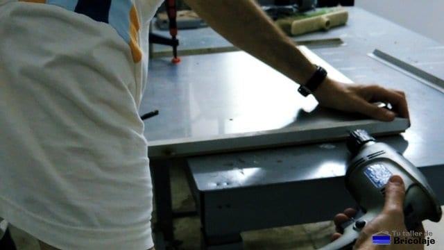 atornillando los angulos al lateral de la tapa de registro
