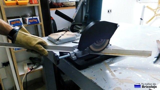 cortando con la tronzadora los angulos de aluminio a inglete