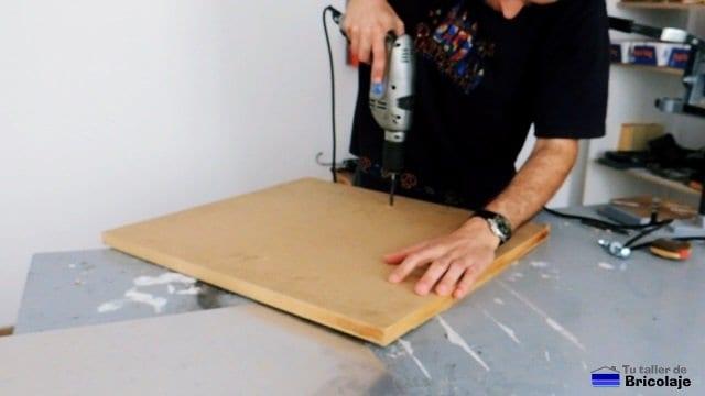 perforando la madera para insertar los tiradores