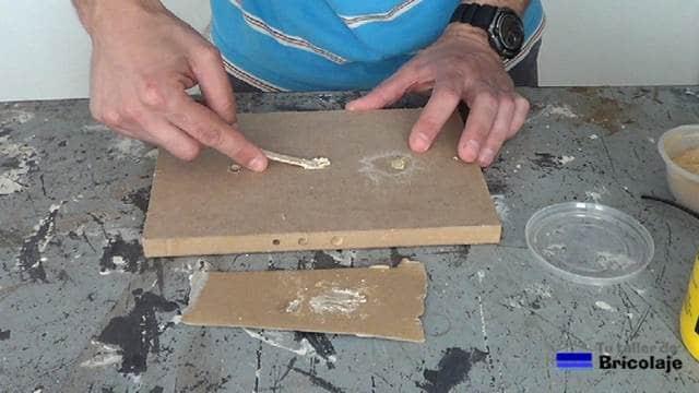 aplicando la masilla casera en el agujero