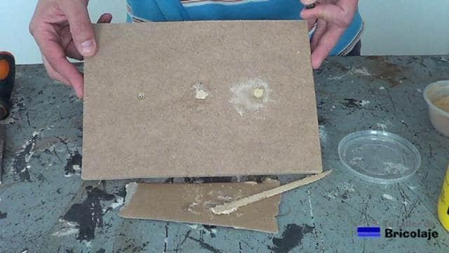 después de aplicar la masilla casera en un agujero y la masilla al agua en el otro agujero