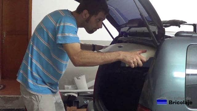 retirando el techo interior del coche