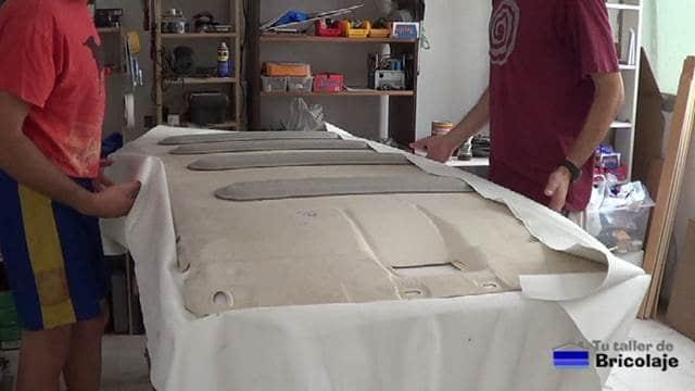 realizando el tapizado del techo del coche