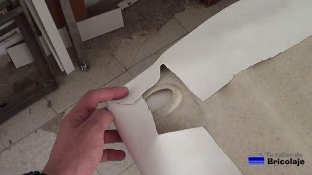 cortando las esquinas al tapizado del techo del coche