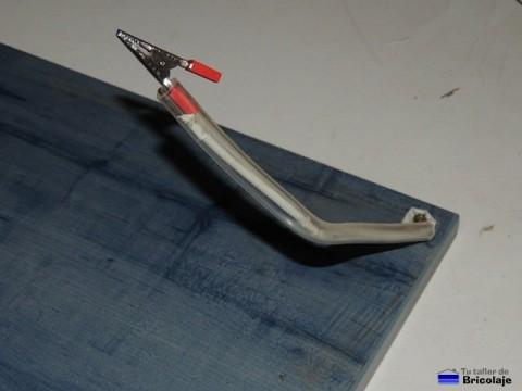 un brazo totalmente terminado del tercer brazo para soldar con estaño