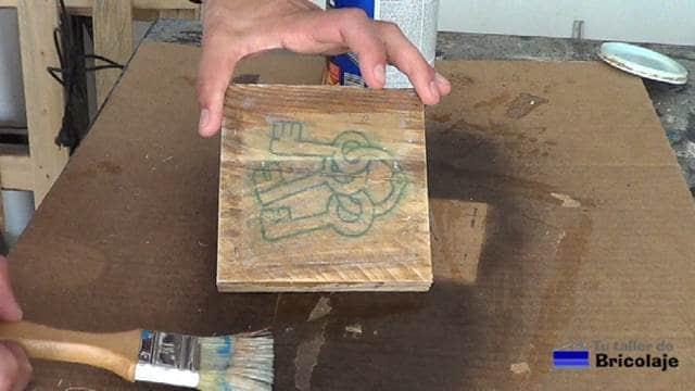 imagen transferida a la madera mediante el gel medio